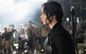 mockingjay-part-1-trailer-still-2-katniss-watch-katniss-meets-her-crew-in-new-mockingjay-clip